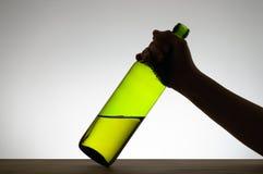 Żeńska ręka chwyta butelkę Obraz Stock