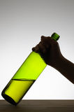 Żeńska ręka chwyta butelkę Obrazy Royalty Free