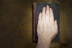 Żeńska ręka na biblii zdjęcia stock