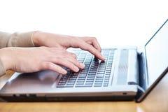 Żeńska ręka na laptop klawiaturze Obrazy Royalty Free