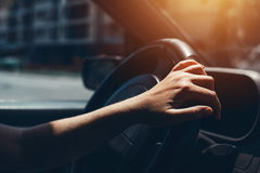 Żeńska ręka na samochodowej kierownicie Zdjęcie Stock