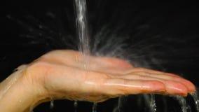 Żeńska ręka pod wodą zbiory wideo