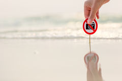 Żeńska ręka trzyma Żadny fotografia znaka na plaży Obraz Stock