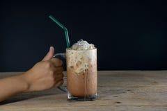 Żeńska ręka trzyma szkło lodowa kawa Obrazy Royalty Free