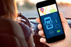 Żeńska ręka trzyma telefon z interfejsu samochodu alarmem na piargu Fotografia Stock