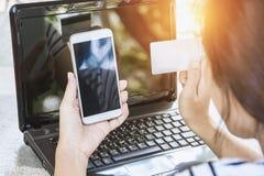 Żeńska ręka, używać internet kartę dla bankowości Zdjęcie Royalty Free