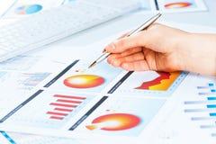 Żeńska ręka wskazuje pieniężna wzrostowa mapa Obrazy Stock