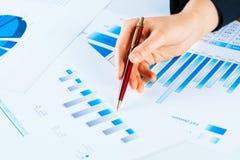 Żeńska ręka wskazuje pieniężna wzrostowa mapa Zdjęcia Stock