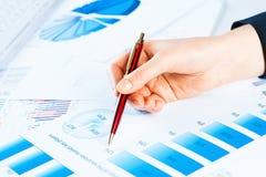 Żeńska ręka wskazuje pieniężna wzrostowa mapa Zdjęcie Royalty Free