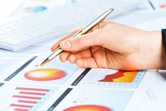 Żeńska ręka wskazuje pieniężna wzrostowa mapa Zdjęcie Stock