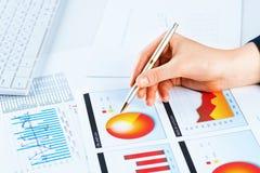 Żeńska ręka wskazuje pieniężna wzrostowa mapa Fotografia Stock