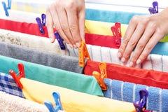 Żeńska ręka z clothespin Fotografia Royalty Free