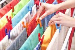 Żeńska ręka z clothespin Zdjęcia Stock