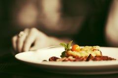 Żeńska ręka z gościem restauracji przy restauracją obraz stock
