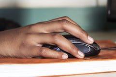 Żeńska ręka z komputerową myszą zdjęcia stock