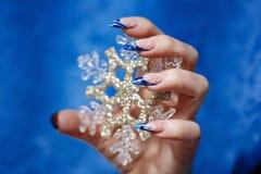 Żeńska ręka z manicure'em zdjęcie royalty free