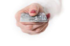 Żeńska ręki mienia srebra banka karta Fotografia Royalty Free