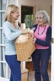 Żeńska Sąsiednia Pomaga Starsza kobieta Z zakupy fotografia royalty free