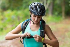 Żeńska sportowa wiąże plecak patka zdjęcia stock