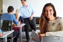 Żeńska szkoła średnia ucznia Cyfrowego pastylka W sala lekcyjnej Zdjęcie Royalty Free
