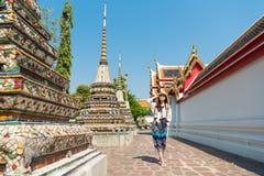 Żeńska turystyczna dziewczyna odwiedza sławną wata pho świątynię Fotografia Royalty Free
