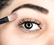 Żeński łgarski definitywny dotyk makeup przy krańcowym zbliżeniem zdjęcia royalty free