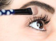 Żeński łgarski definitywny dotyk makeup przy krańcowym zbliżeniem zdjęcia stock