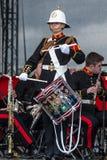 Żeński żołnierz bawić się bęben w militarnym zespole, Sunderland obraz royalty free