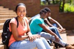 Żeński afro amerykański studenta collegu obsiadanie na krokach Obraz Stock