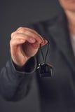 Żeński agent nieruchomości z domu modela kluczowym pierścionkiem Fotografia Royalty Free