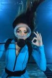 Żeński akwalungu nurka ręki sygnał Zdjęcia Stock