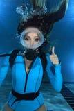Żeński akwalungu nurka ręki sygnał Fotografia Royalty Free