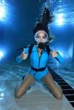 Żeński akwalungu nurka ręki sygnał Zdjęcia Royalty Free