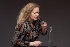 Żeński alkoholizm Kobieta starzał się jeden pije ajerówkę od butelki i obraz royalty free