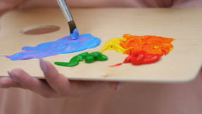 Żeński artysta maluje obrazek, miesza kolory zamyka up 4K zbiory wideo