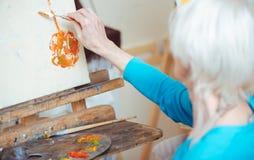 Żeński artysty obrazu obrazek z kitu nożem obraz royalty free