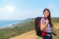 Żeński arywista kobiety przewożenie wycieczkuje plecaka Zdjęcie Royalty Free