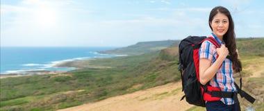 Żeński arywista kobiety przewożenie wycieczkuje plecaka Fotografia Stock