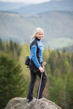 Żeński arywista na szczycie skała z wspinaczkowym wyposażeniem Fotografia Stock