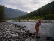 Żeński Backpacker Myje Up przy rzeką Zdjęcie Royalty Free