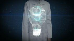 Żeński badacz, inżynier, doktorski macanie ekran, Cyfrowe linie tworzy pomysł żarówki kształt, cyfrowy pojęcie inteligenci techno royalty ilustracja