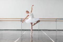 Żeński baletniczego tancerza utrzymanie stojak w klasie Zdjęcia Royalty Free
