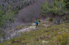 Żeński bieg w górach przy Jeziornym Gardą, Włochy Obrazy Royalty Free
