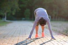 Żeński biegacz przygotowywający dla biegać sprint Kobieta w zaczyna linii r fotografia stock