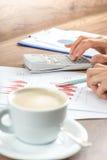 Żeński biznesowy księgowy proofreading pieniężnego sprawozdanie roczne zdjęcie stock