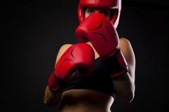 Żeński bokser w samoobrony posturze Fotografia Stock