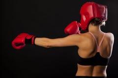 Żeński bokser z czerwonym boks głowy strażnikiem i para czerwone bokserskie rękawiczki Obrazy Stock