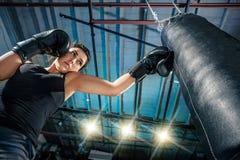 Żeński boksera szkolenie przy gym Obrazy Stock