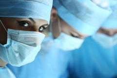 Żeński chirurga portret patrzeje w kamerze zdjęcia royalty free