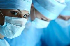 Żeński chirurga portret patrzeje w kamerze zdjęcie stock